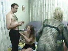 A cég áll az üzleti hármas szex video szerződést írt alá, majd hosszú tárgyalások után a férfi úgy döntött, hogy pihenjen. Ki tudja, hogy a forgatás két lány fiatal szőke nekik, és azt mondják, hogy ezek a gyerekek tökéletes, és megbirkózni az erejüket. Nos, ezeknek a csajoknak meg kell felelniük a férfiak elvárásainak, és lelkesen megragadták a feneket, Szopás ajkakkal, hogy megszerezzék őket. Mások simogatják a seggét, irritálják azt, amit látnak, és felkészülnek a fasz behatolására az anuson keresztül. E